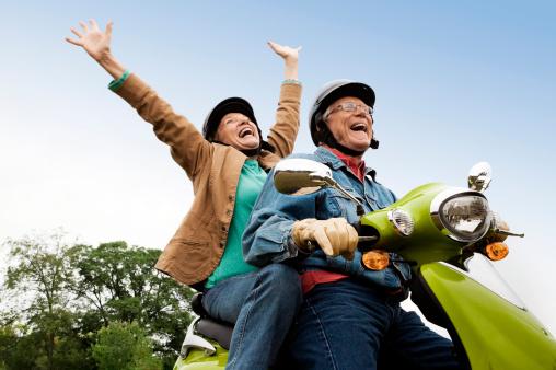 Casal de idosos na moto